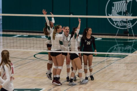 Vikings Beat Menlo in 3 sets